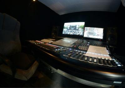 Control room du car-régie (Le Multipiste), avec une console DIGICO SD10